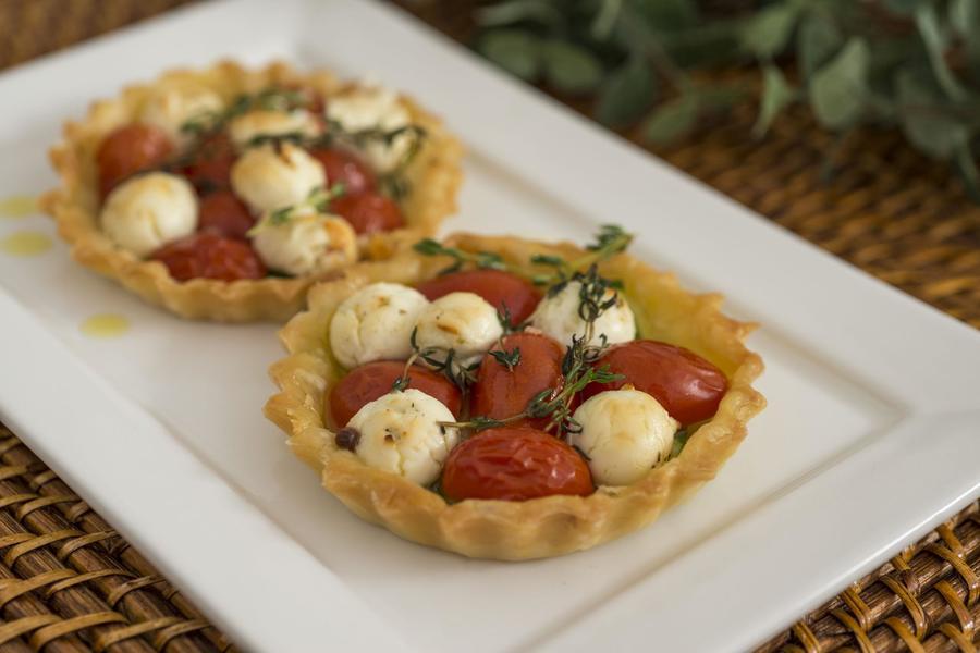 Torta Folhada de Chèvre com Abobrinha e Tomate-Cereja