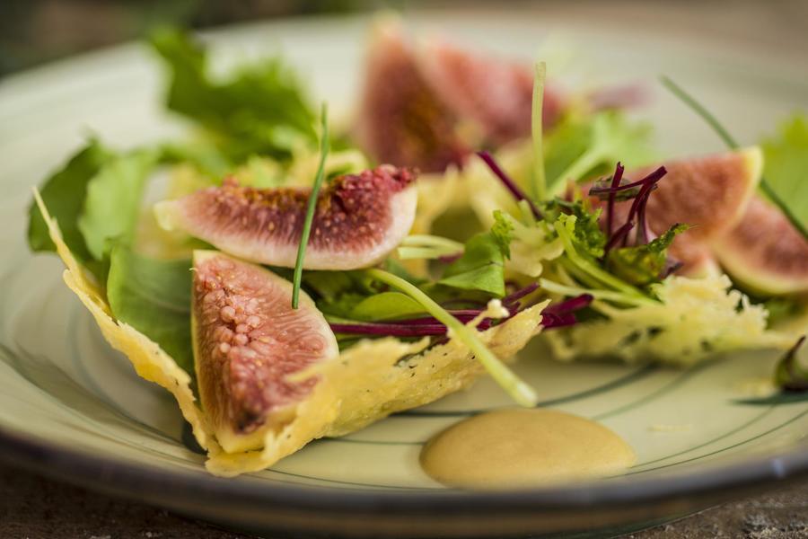 Cestinha de Parmesão com Salada Verde e Molho de Mostarda e Mel