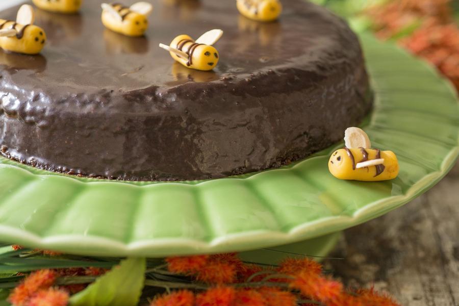 Bolo de Chocolate com Abelhinhas de Marzipã