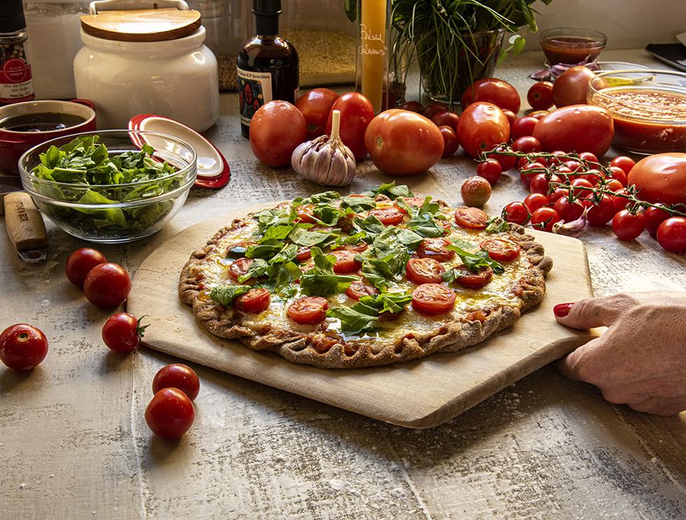 Pizza de Massa Integral de Rúcula e Tomatinhos