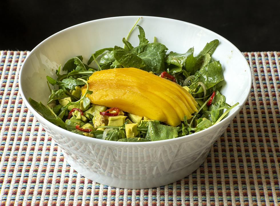 Salada de Abacate com Folhas e Molho de Laranja