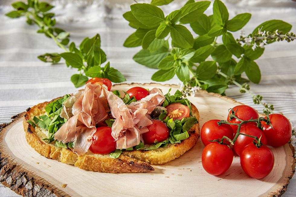Bruschetta de Presunto Cru, Tomate Marinado e Rúcula