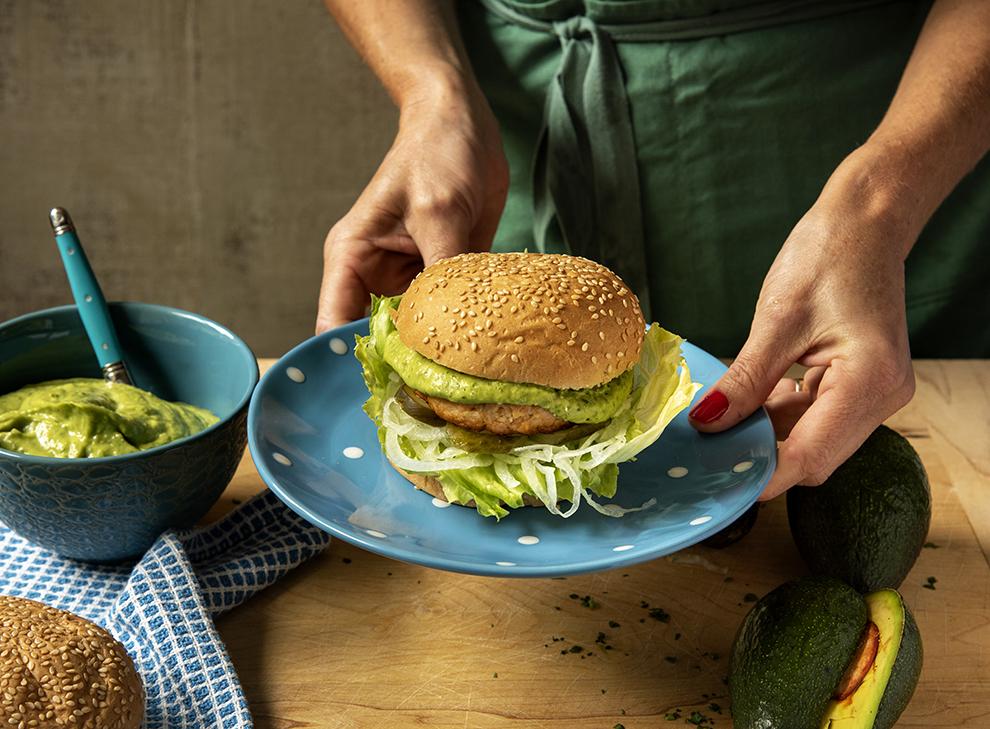 Hambúrguer de Salmão com Maionese de Abacate