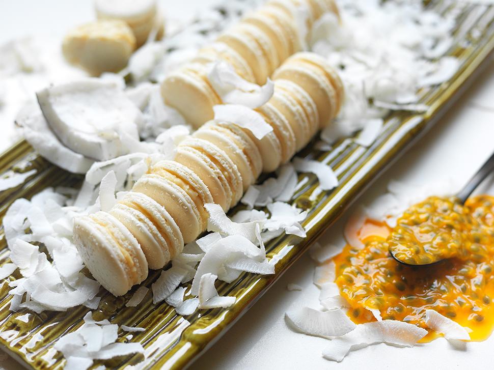 Macaron com Recheio de Luís XVI (Chocolate Branco, Maracujá e Coco)
