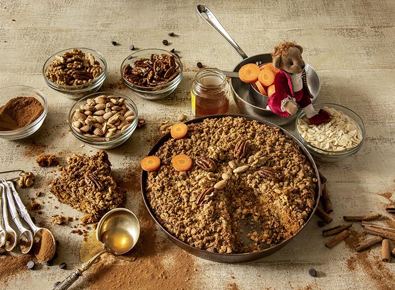 Bolo de Cenoura, Especiarias e Mel com Cobertura  Crocante de Nuts e Gotas de Chocolate