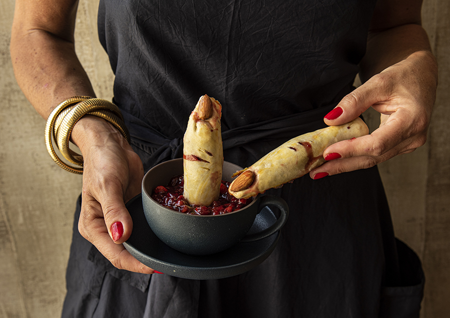 Dedos Cortados (Dedos de Massa de Pastel com Unha de Amêndoa e Sangue de Geleia de Morango)