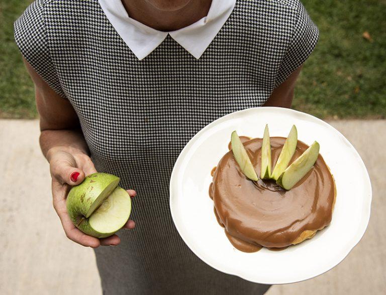 Torta de Maçã e Avelã com Calda de Caramelo Quente