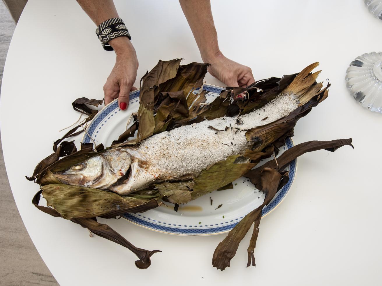 Tucunaré Empanado em Tapioca e Assado em Folha de Bananeira