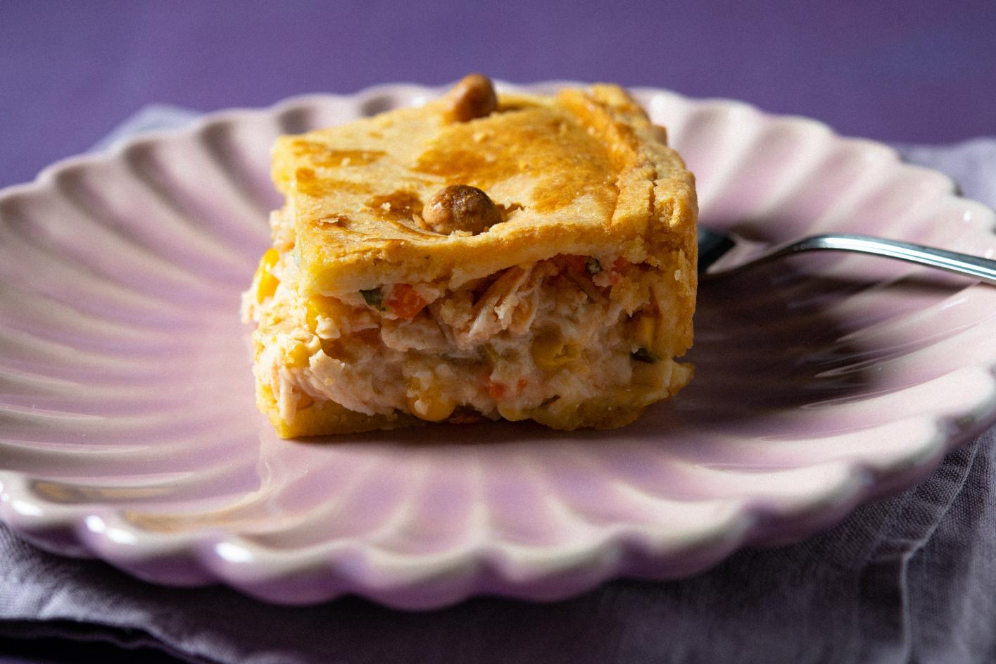 Torta de Frango e Milho Verde com Massa Crocante de Fubá