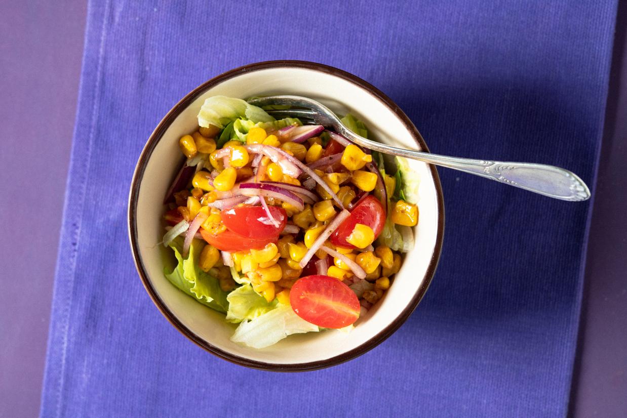 Salada de Milho Verde Dourado com Tomate e Manjericão