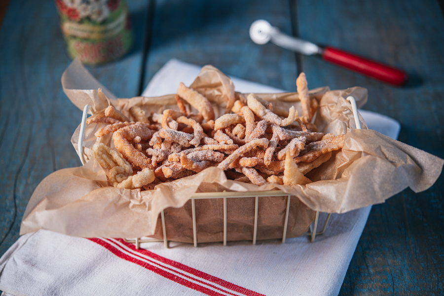 Tirinhas Fritas de Massa de Pastel de Feira com Açúcar e Canela