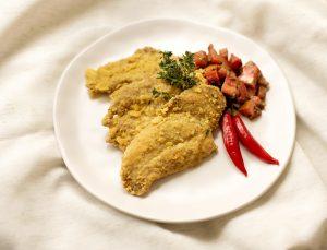 Frango com Crosta de Farinha de Milho e Cominho e Relish de Tomate e Salsinha