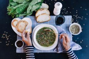Sopa de Lentilha com Couve e Semente de Girassol Tostada