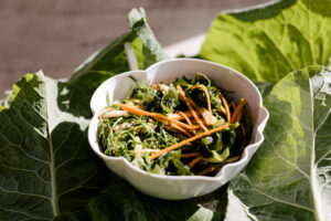 Salada Oriental de Couve, Laranja e Shiitake com Molho de Laranja