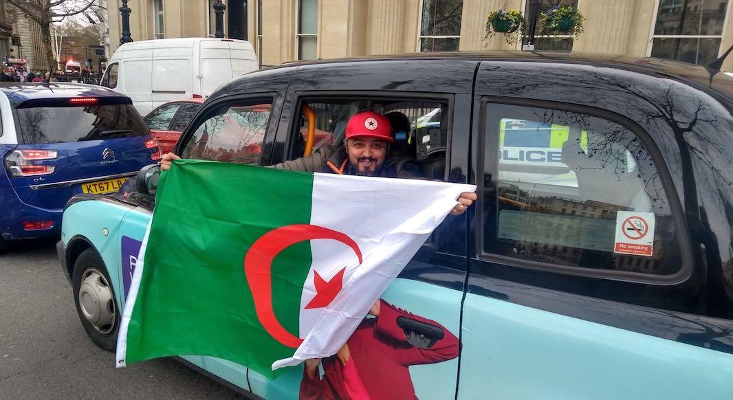 Manifestant algerien fier