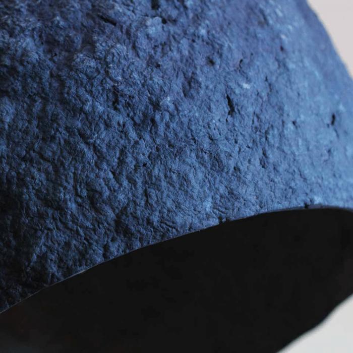 lampara-colgante-sostenible-azul-papel-pluto-lamparas-ecologicas-ekohunters-crea-re