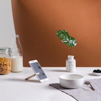 dehook-eco-friendly-wooden-phone-support-ekohunters-debosc