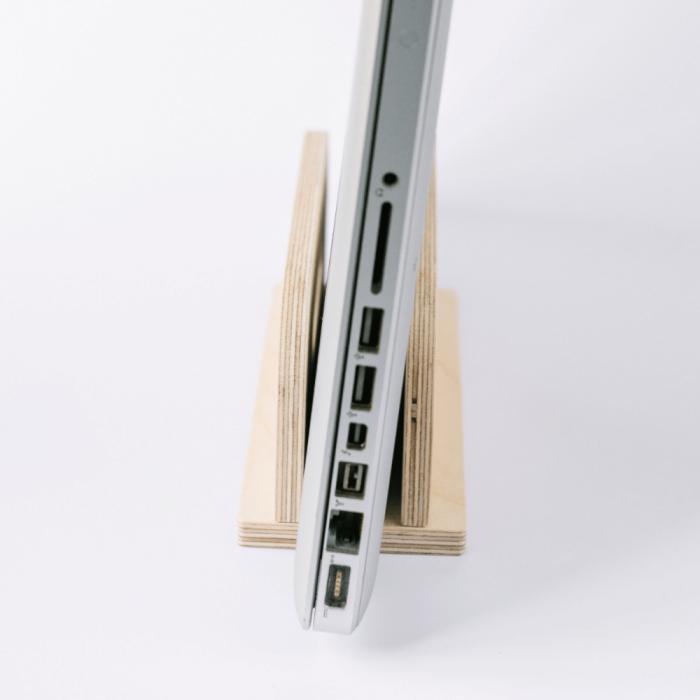 eco-friendly-wooden-laptop-stand-derest-ekohunters-debosc