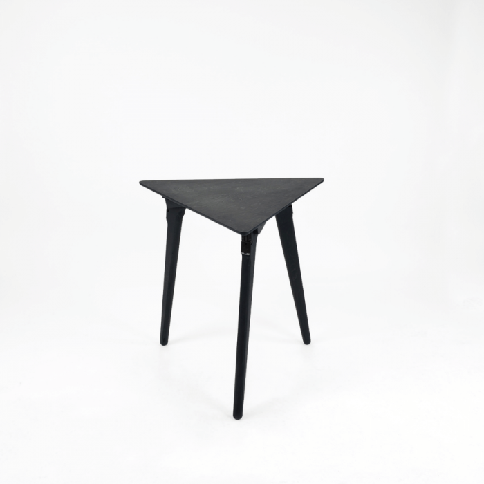 mesa-auxiliar-sostenible-negra-madera-originals-triangle-ekohunters-fuzl-mesas-ecologicas-muebles-ecologicos