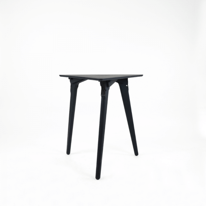 mesa-auxiliar-sostenible-azul-madera-originals-triangle-ekohunters-fuzl-muebles-ecologicos
