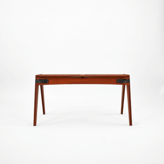 Made 100% in the UK from sustainably sourced birch by fairly paid artisans, the Originals sustainable stool is a comfortable wooden seat. In designing it, the natural elasticity of birch has been harnessed to make it the perfect companion for your readings.-madera-ecologico-abedul-tomate-sostenible-originals-ekohunters-fuzl-muebles-ecologicos-mobiliario-sostenible