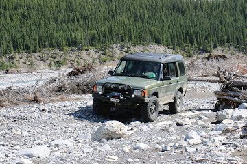 Land Rover Discovery 2 with modifications and enjoying an off road drive