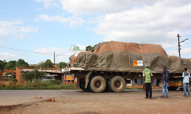 Customs services intercept two trucks of imported white sugar in Kimpese