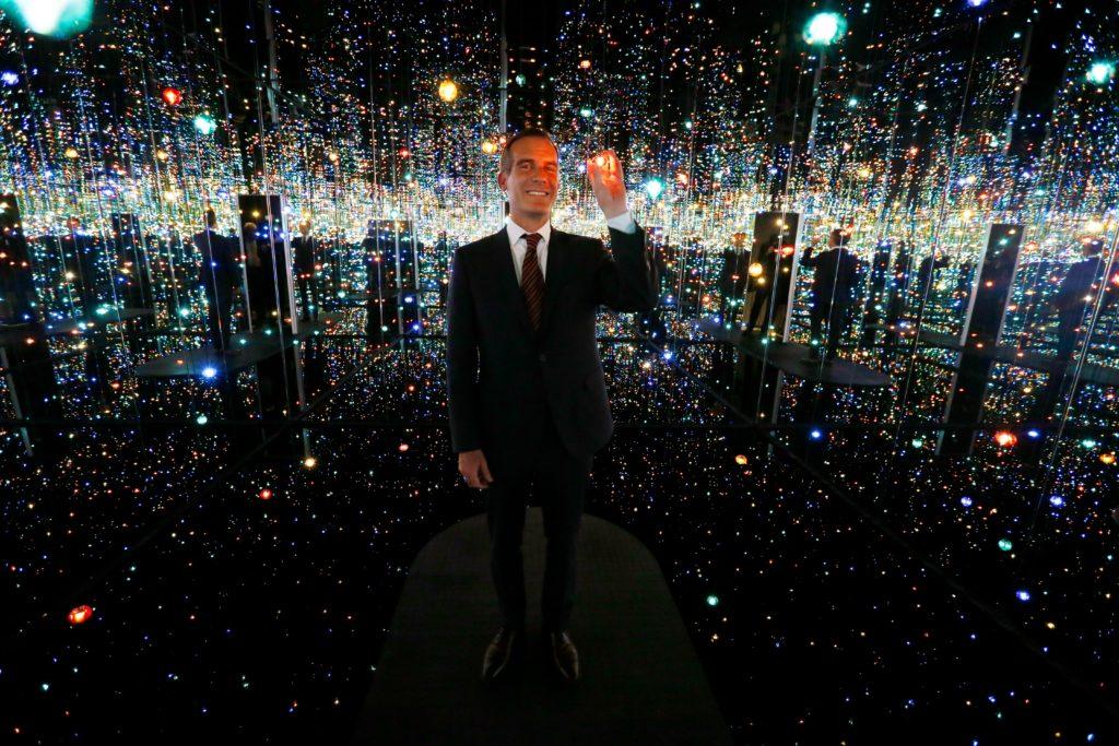 Le maire de Los Angeles, Eric Garcetti, à l'intérieur de l'installation de Yayoi Kusama