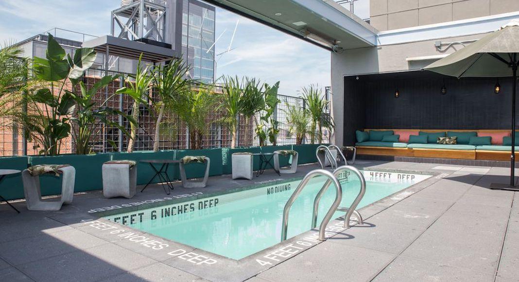 6 rooftops avec piscine pour buller new york french for Hotel avec piscine new york