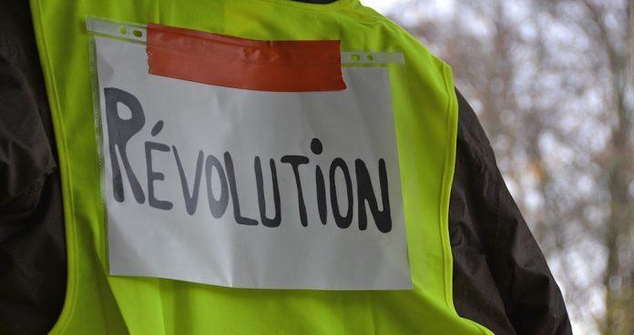 Étreintes entre policiers et gilets jaunes sur les Champs-Elysées. dans Actualité. gilets-jaunes-1-696x368