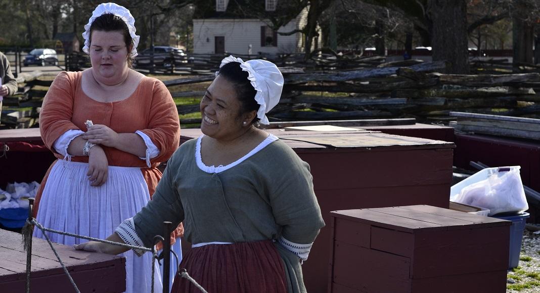 des femmes en tenue historique sur Merchants Square.