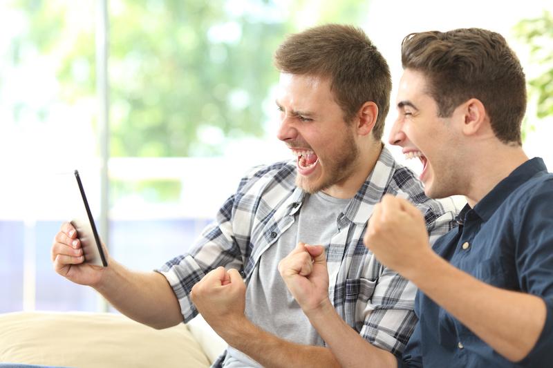 Två män som vinner på betting
