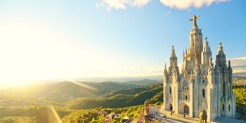 122902c5 I den nordøstlige utkanten av Barcelona ligger toppen Tibidabo med en høyde  på 512 meter. Dette er et populært sted for turister å besøke siden man her  får ...