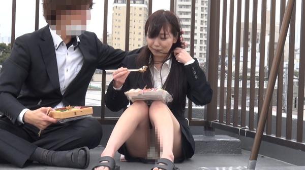■パンチラ■会社の屋上ランチ■イケメン男子社員と可愛い色白OL■盗撮■