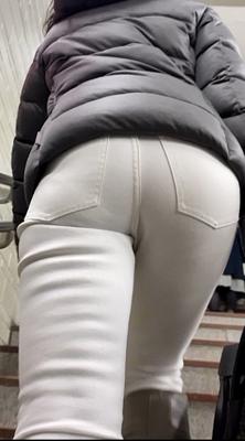 お姉さんの後ろ姿 180 白パン ジーンズ 階段上り ブーツ パンツ