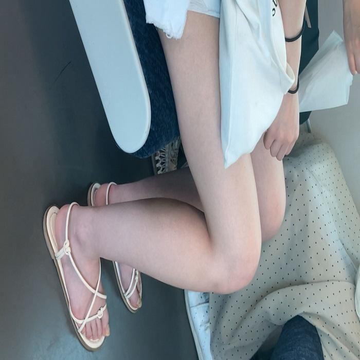 SSS級美女の生足 白く輝く美脚