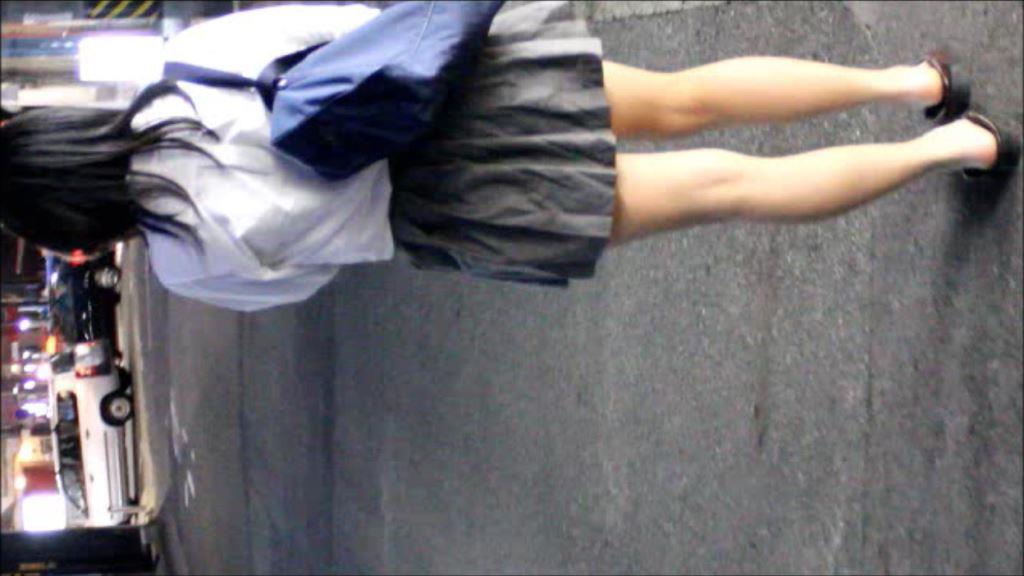 【顔出しあり】スマフォに夢中なロリJK 2【素足にローファー】