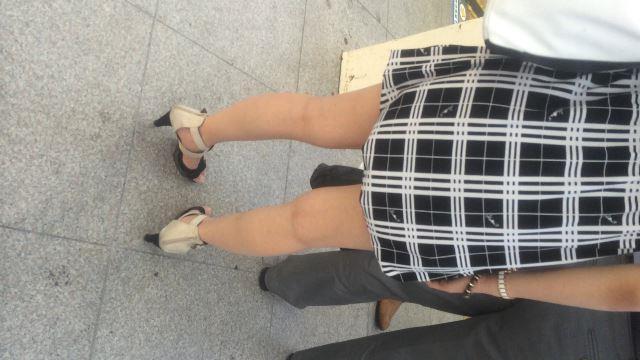 【電車内盗撮】美女の生脚