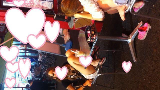 【カメラ目線!?】夜遊びしている無防備で若いギャル女子2人組のショートパンツ姿がエロい【生脚にクロックス&サンダル】