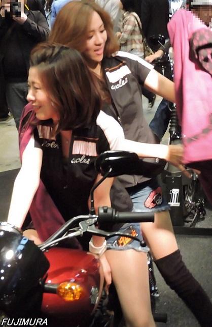 2015モーターサイクルショーかっこつけて上着を落とすかっこ悪いコンパニオンw【動画】イベント編 1279
