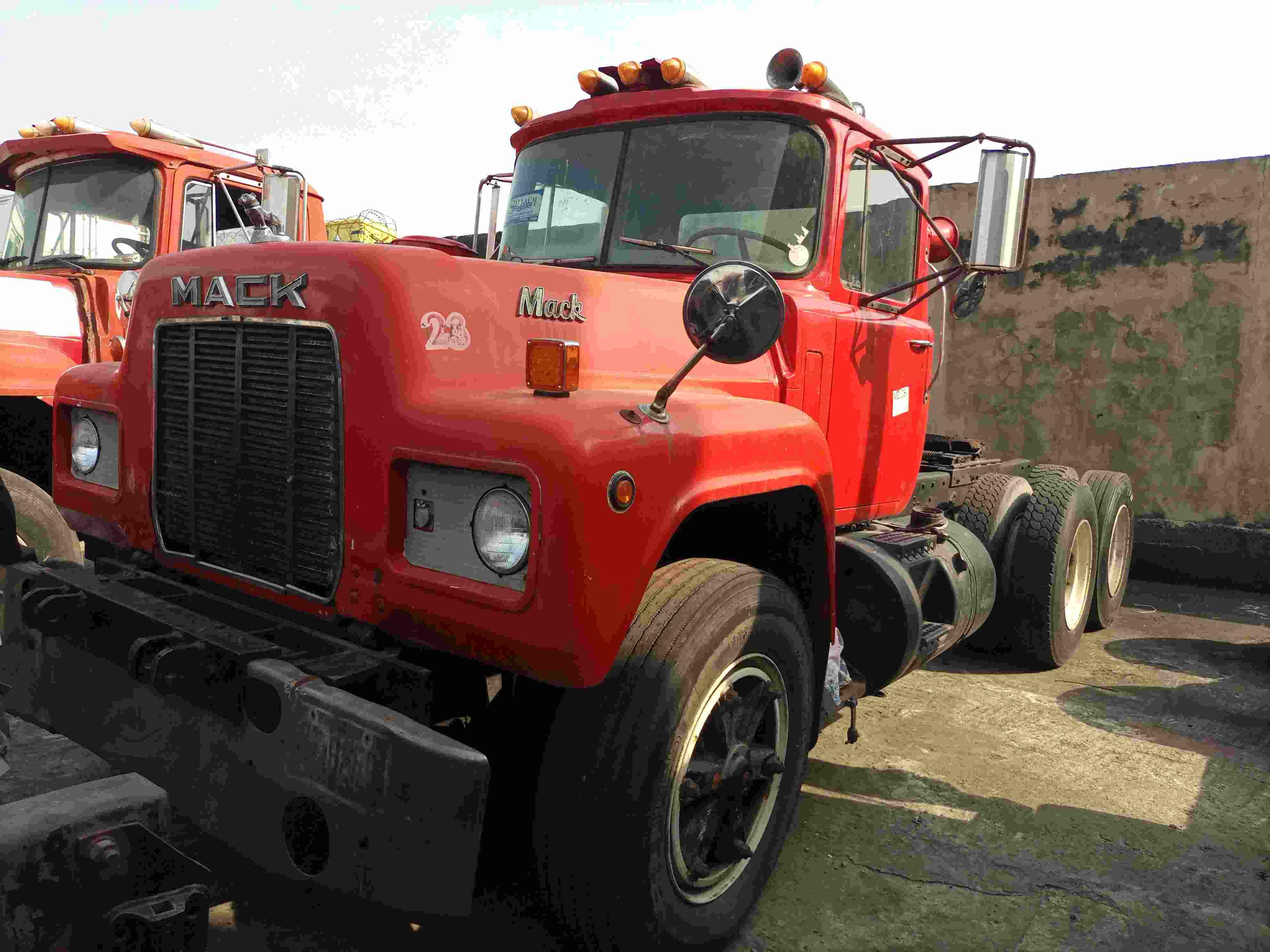 1982 Mack R-686ST