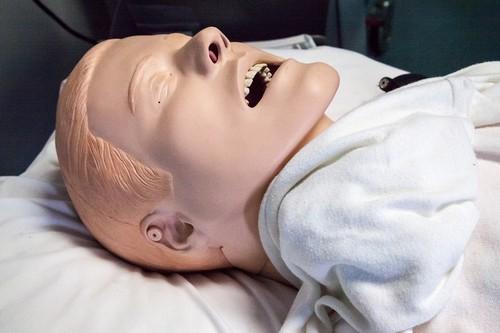 Procedimentos médicos em manequins são comuns na parte prática da prova de residência médica da Unifesp