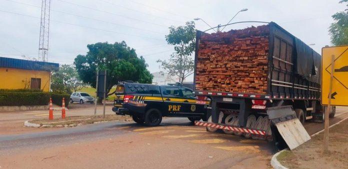 PRF apreende caminhão com madeira ilegal na BR-010