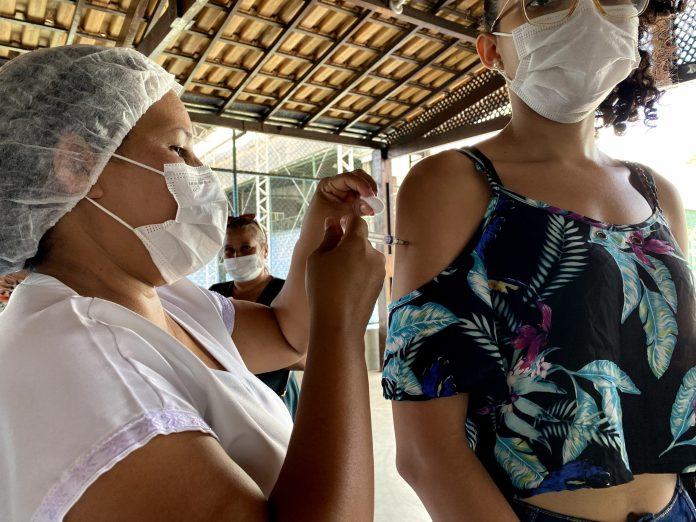 COVID-19 Vacinação para maiores de 18 anos e adolescentes continua