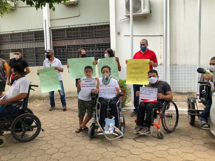 Imperatrizense com doença rara faz protesto cobrando a Unimed