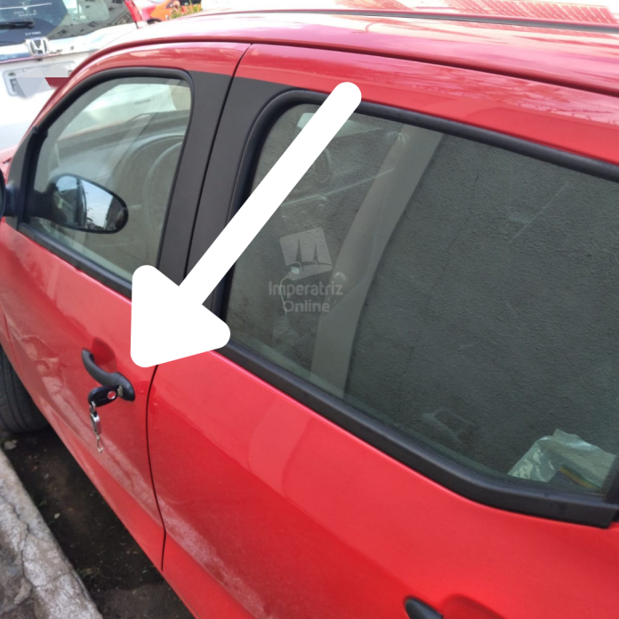 Mulher guarda chave esquecida na porta do carro para evitar furto