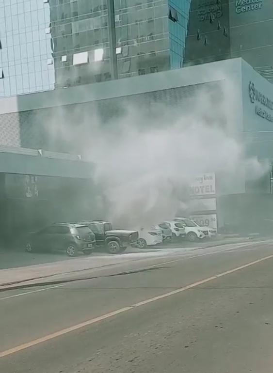 Carro pega fogo na Avenida Bernardo Sayão