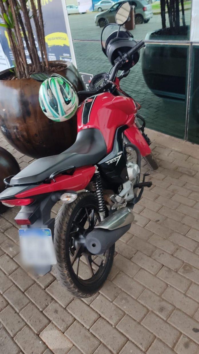 Motorista de aplicativo persegue assaltantes e recupera moto roubada
