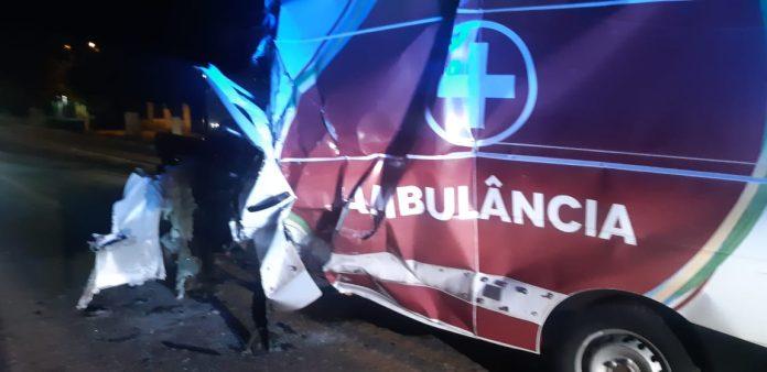 Motorista de ambulância morre após bater em carreta na BR-135 no MA