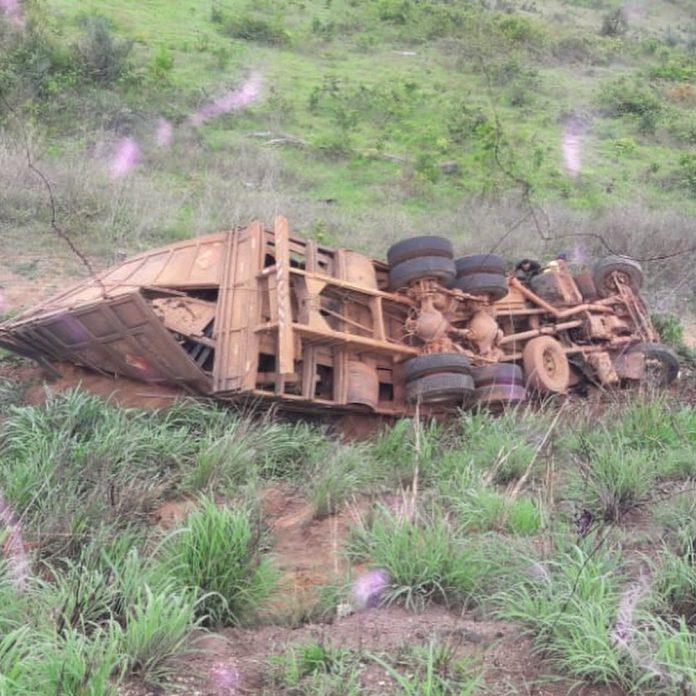 Motorista morre em capotamento de caminhão na BR-010